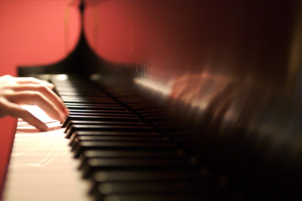 Piano spelen volwassenen en kinderen
