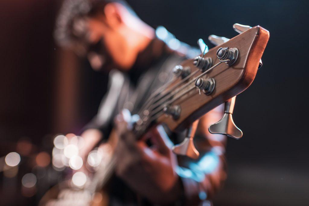 Gitarist speelt gitaar